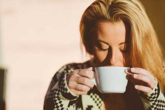 Ženska pije čaj