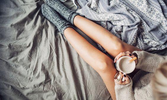 zenska v postelji