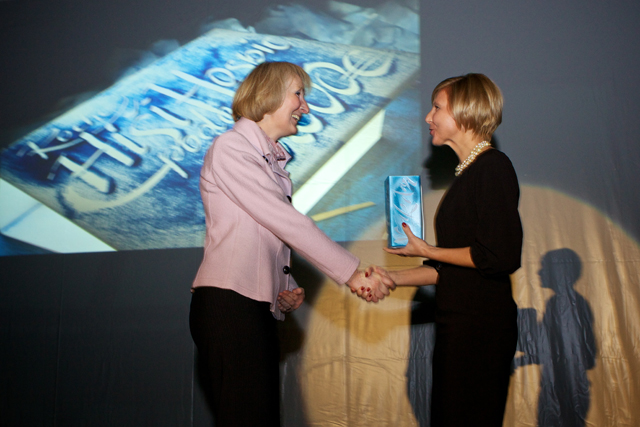 Irma Veberič predaja donacijo Tatjani Fink