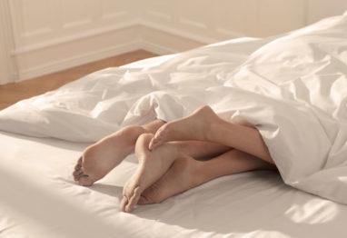 v postelji