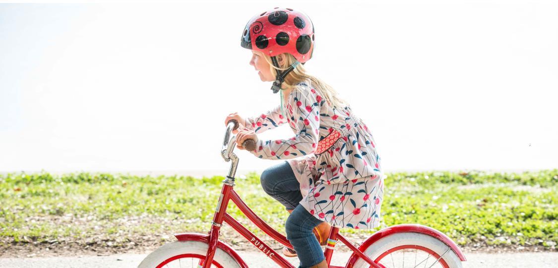 Otroška glava na kolesu potrebuje dobro zaščito