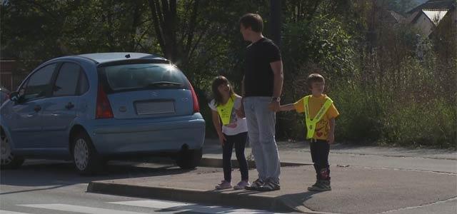 Prečkanje ceste je za otroka veliko zahtevnejše, kot se zdi odraslim, zato je nujno, da se z njim o vseh pravilih pogovarjamo že od mladih nog.