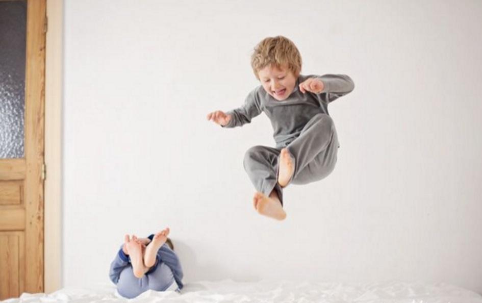 otroci skačejo