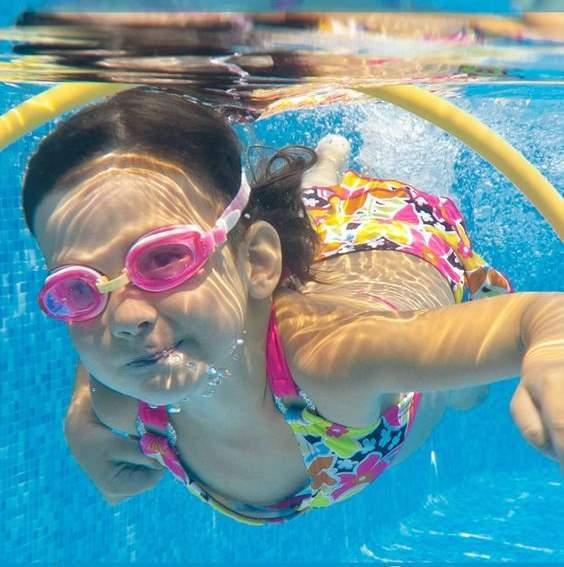 plavanje otrok igra
