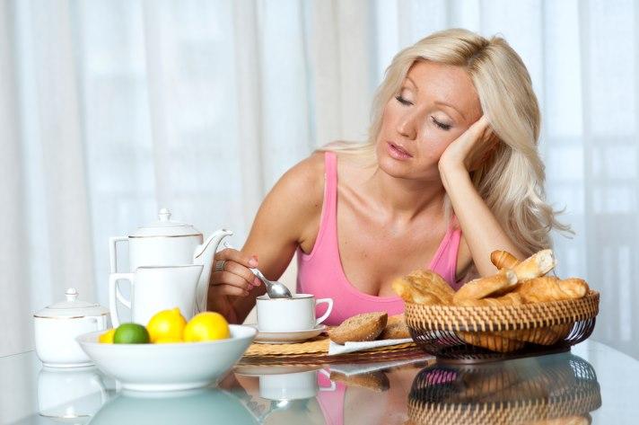 ss-blond-sleepy-woman-breakfast