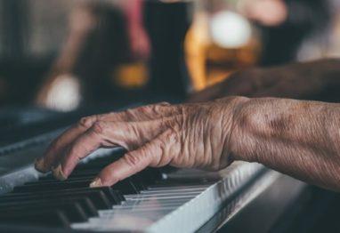 cover-starejsa-oseba-igranje