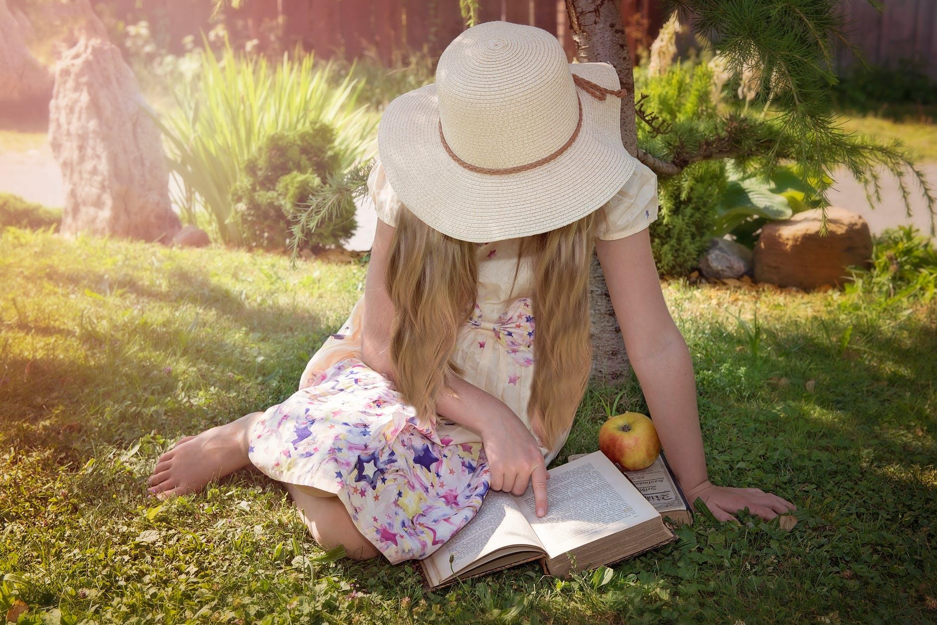dijete jabuka knjiga citanje priroda