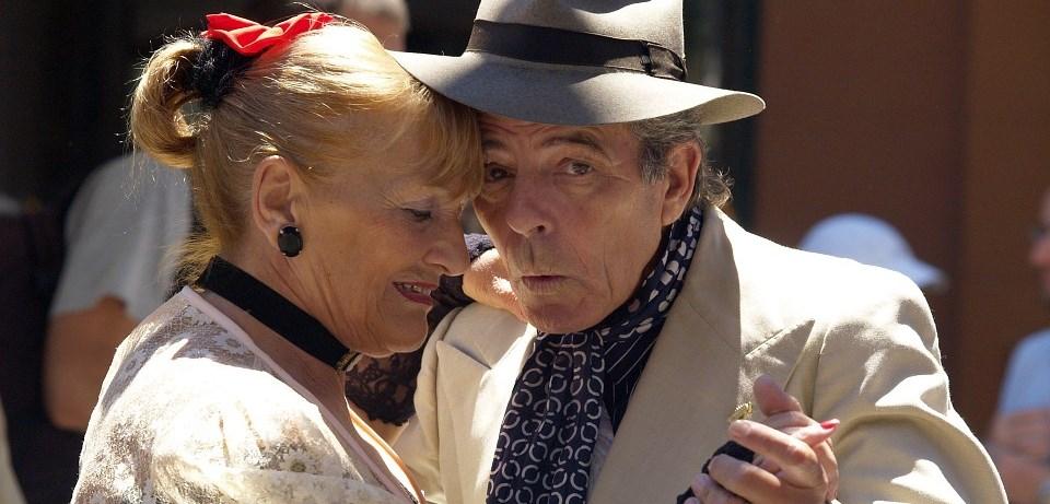 Starejši par pleše