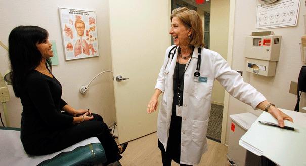 zena doktor pregled pluca ordinacija