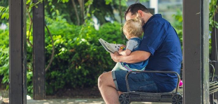 Pravljice za lahko noč: Zakaj je dobro, da jih berejo očetje