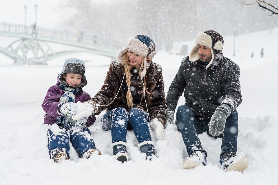 zima snijeg roditelji dijete igra hladnoca hipotermija