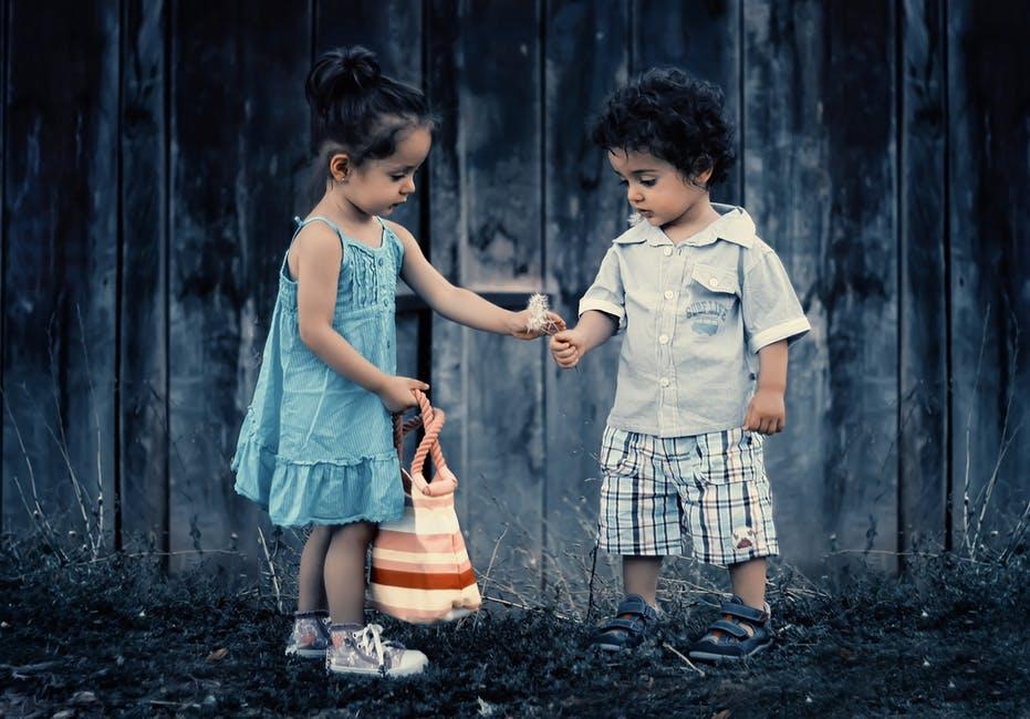 dijete igra simpatija cvijet