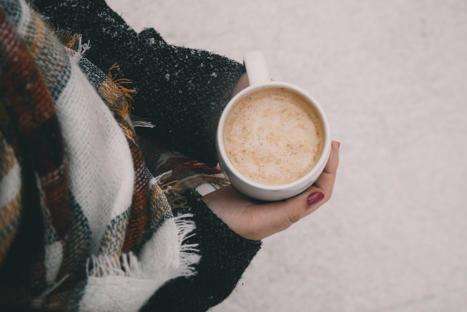 kava zena zima snijeg hladnoca