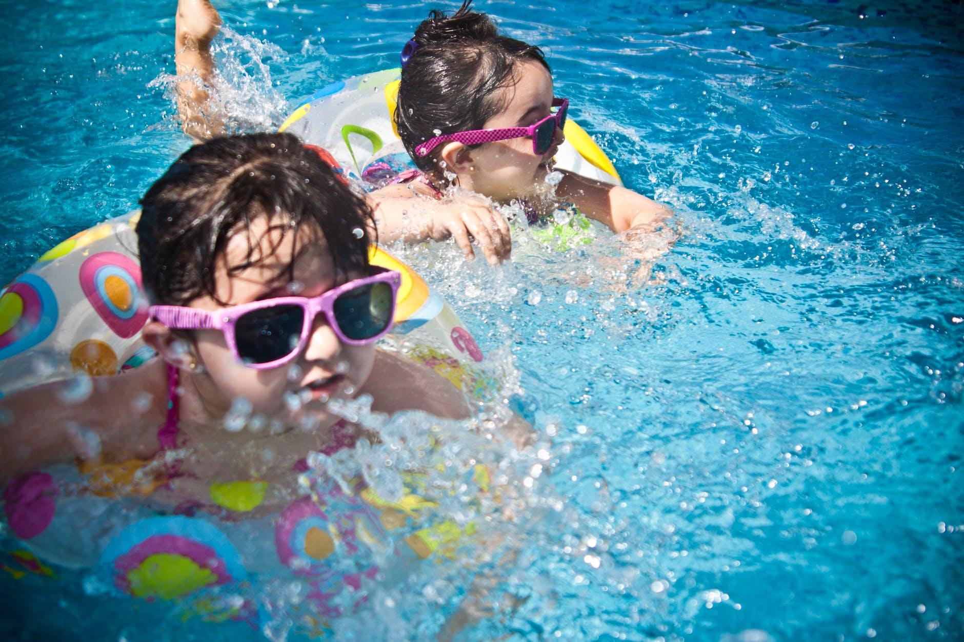 voda plivanje bazen dijete naocale