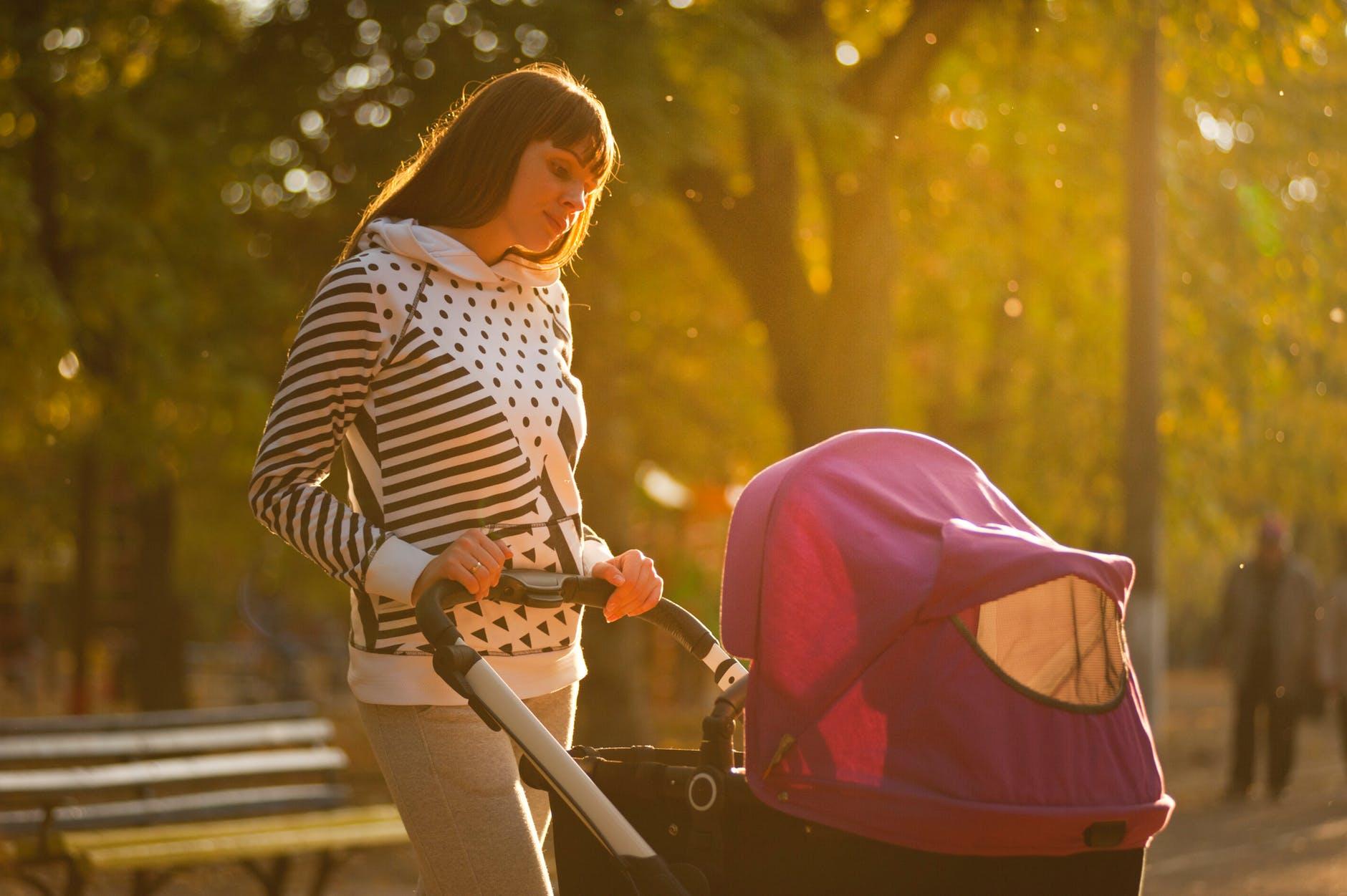 zena majka dijete kolica park