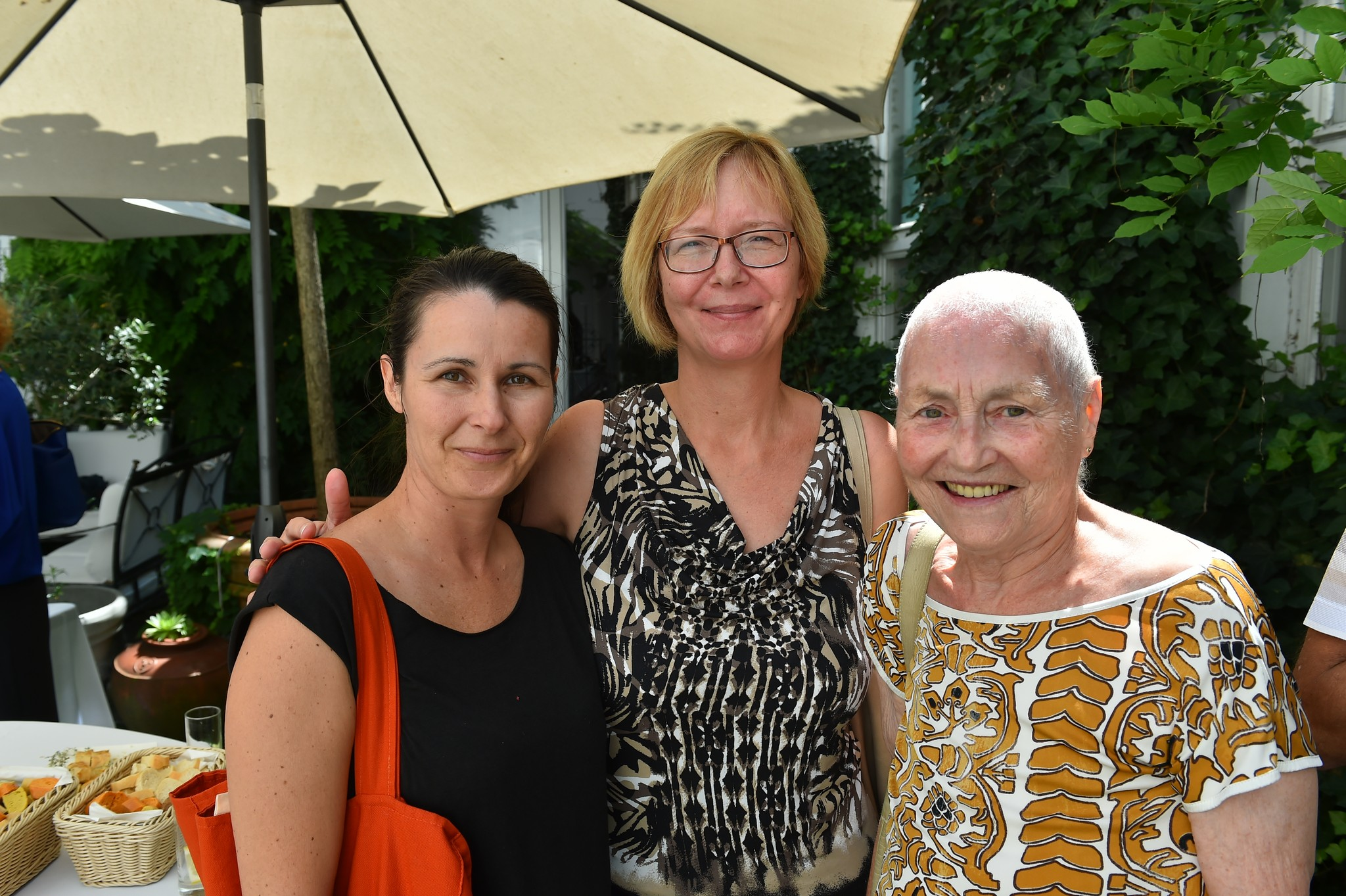 Od leve: Andreja Verovšek, vodja projektov Zavod Med.Over.Net, Maja Južnič Sotlar, novinarka revije Viva, Mojca Senčar, nekdanja predsednica združenja Europa Donna in ambasadorka