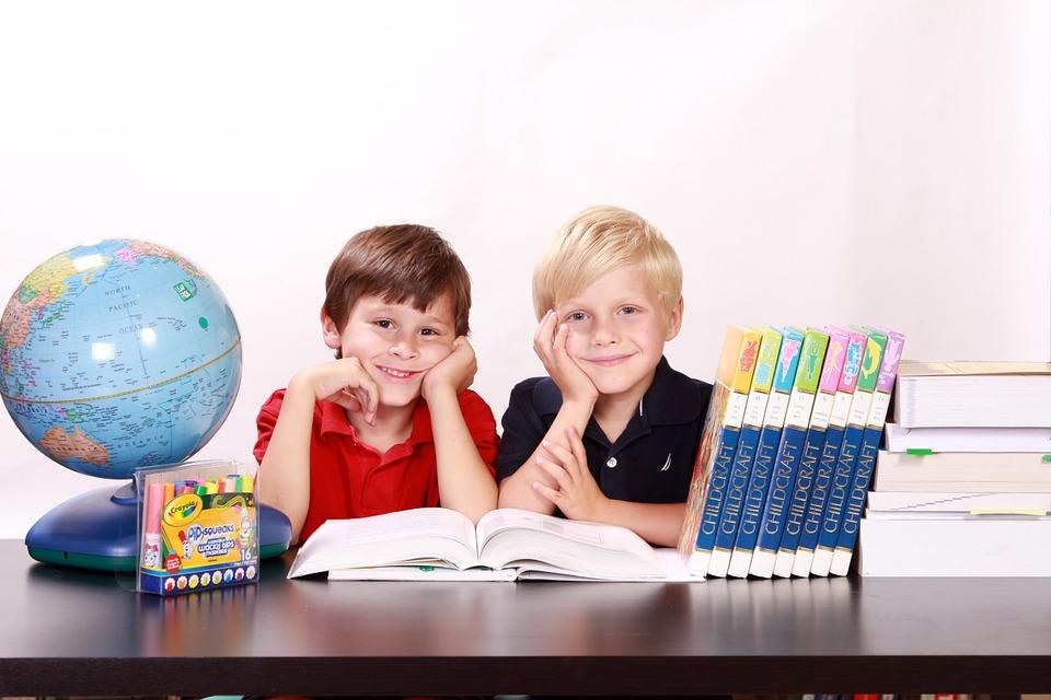 dijete igra ucenje knjiga globus
