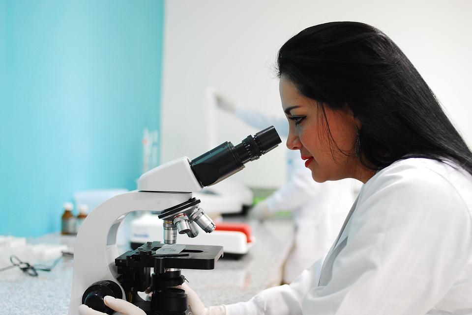 doktor znanstvenik mikroskop bolest istrazivanje
