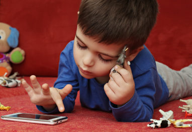 otrok in mobilni telefon