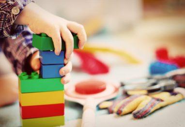 otrok vrtec kocke igra