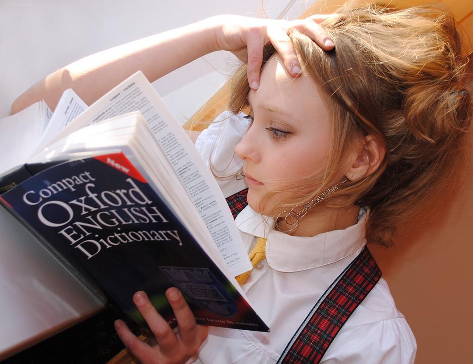 djevojka ucenik skola knjiga ucenje trema strah zabrinutost ocjena citanje