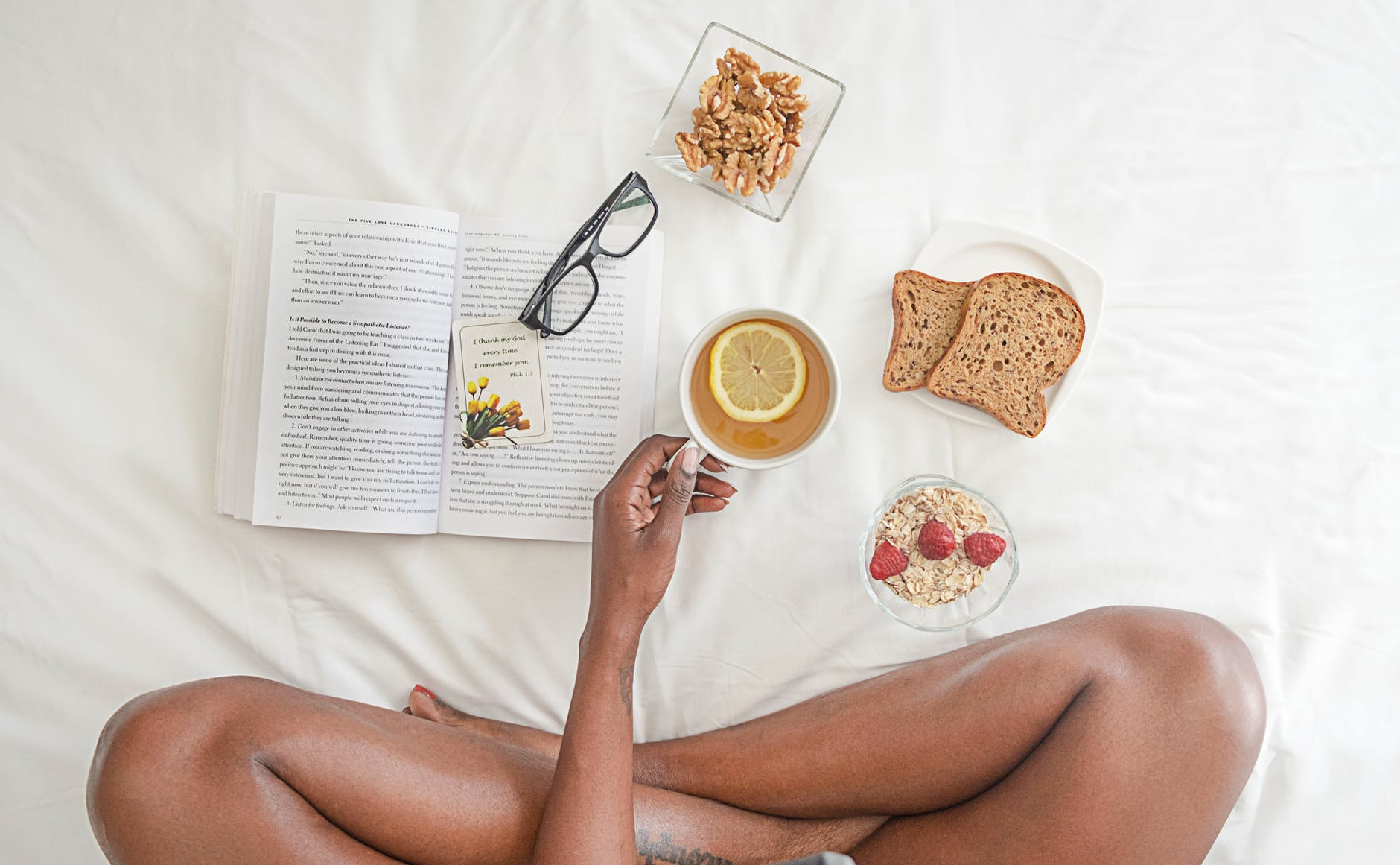 krevet hrana caj kruh zitarice knjiga naocale limun