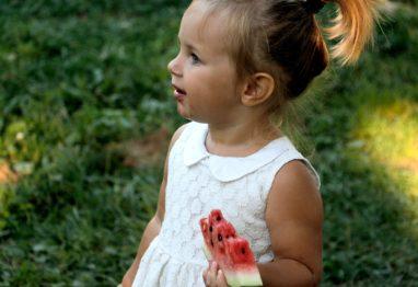 otrok deklica lubenica hrana