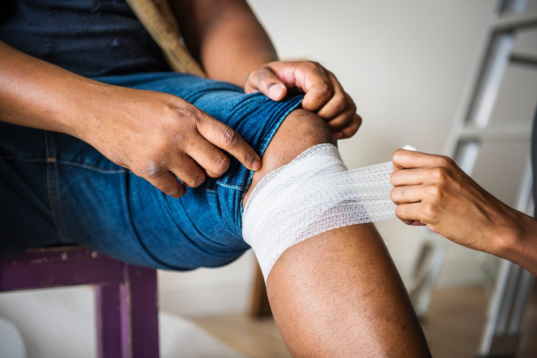 muskarac noga imobilizacija invalidnost ozljeda rana ozeblina