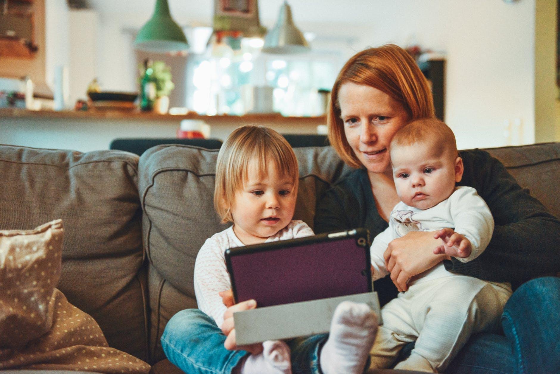 roditelj dijete beba laptop vid