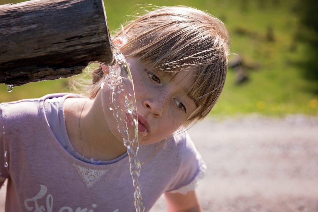 voda pitje deklica
