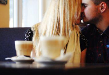 zaljubljeni par poljub kava jutro