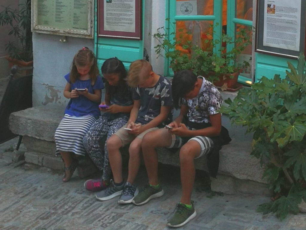 mladi, ekrani, mobilnik