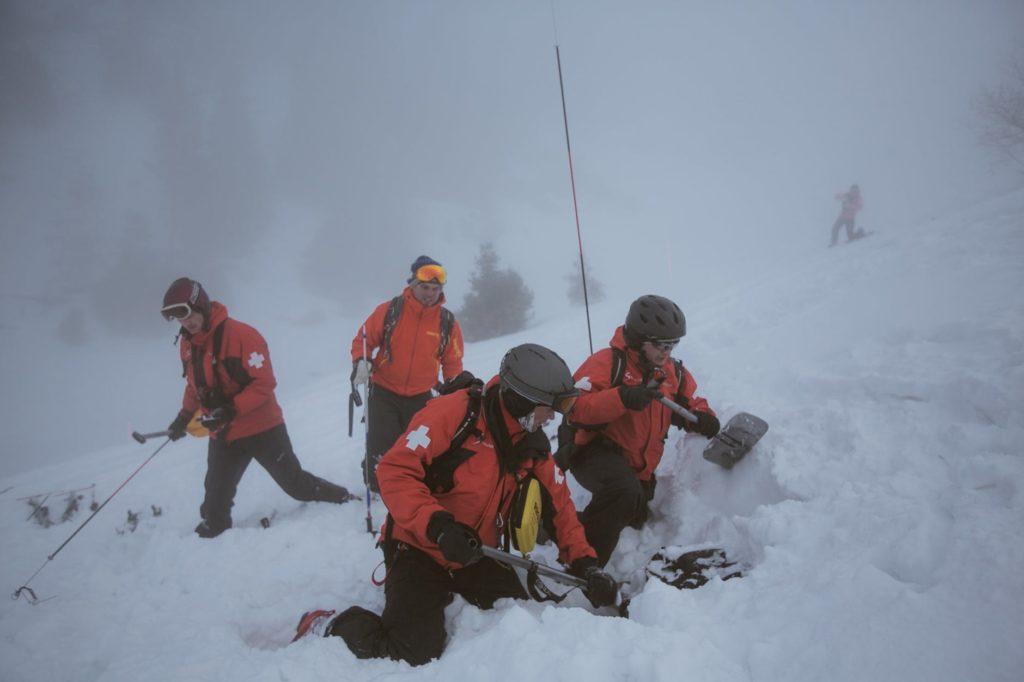 snijeg radnik zima mecava spasioc ciscenje