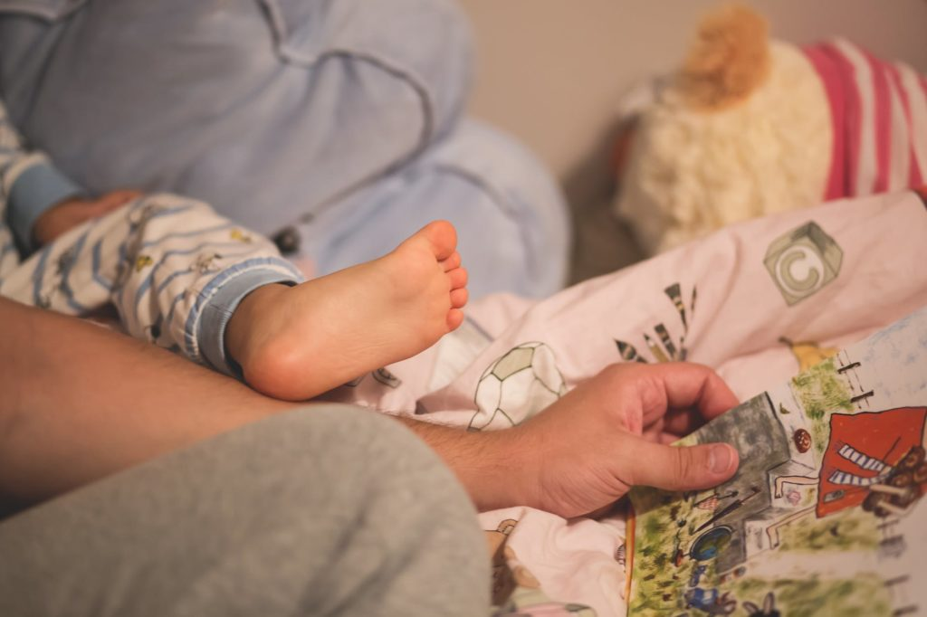 beba dijete roditelj noc krevet spavanje uspavanka prica citanje