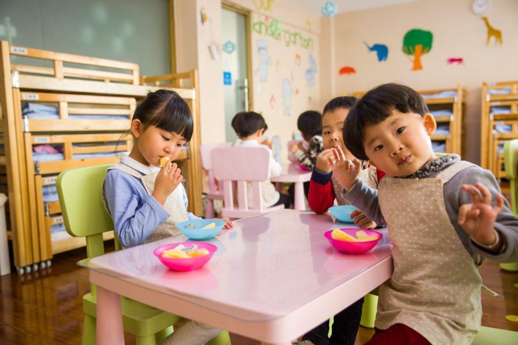 vrtic dijete igra hrana ruke prljavo viroza higijena