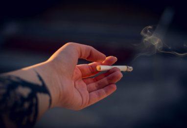 Tveganje za nastanek bolezni je pri kadilcih povečano.