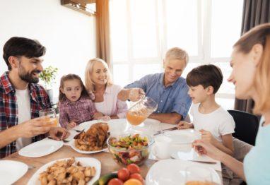 družina je za mizo hrana