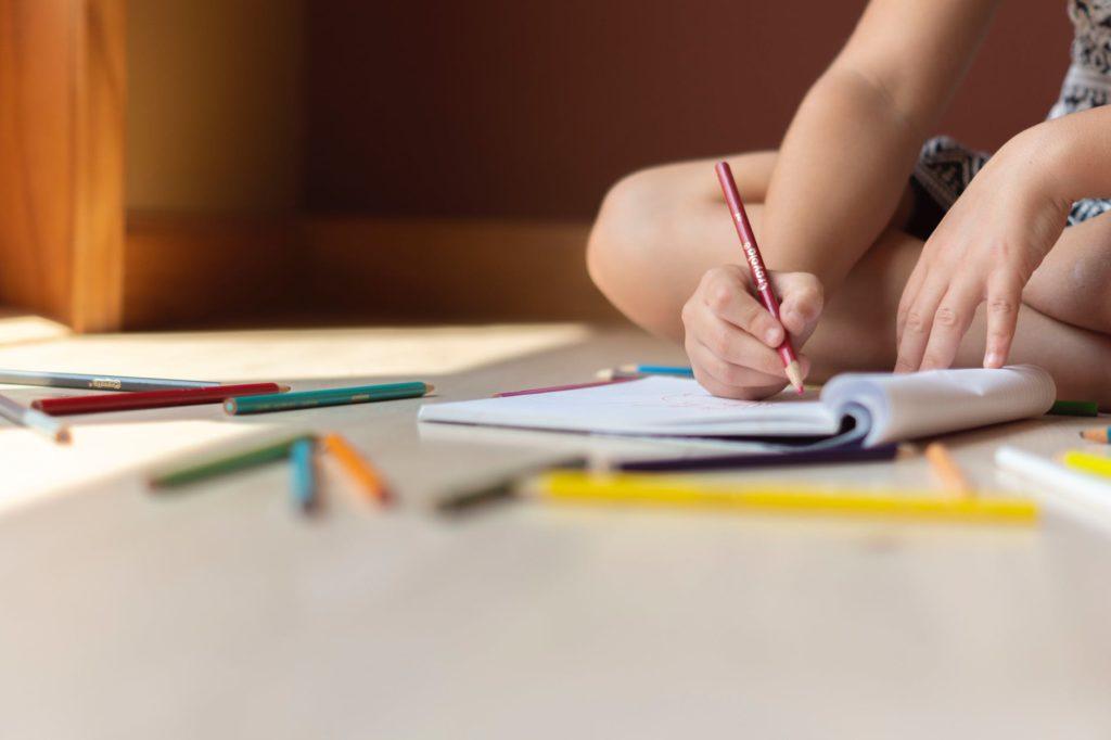 dijete skola pisanje knjiga olovka disgrafija