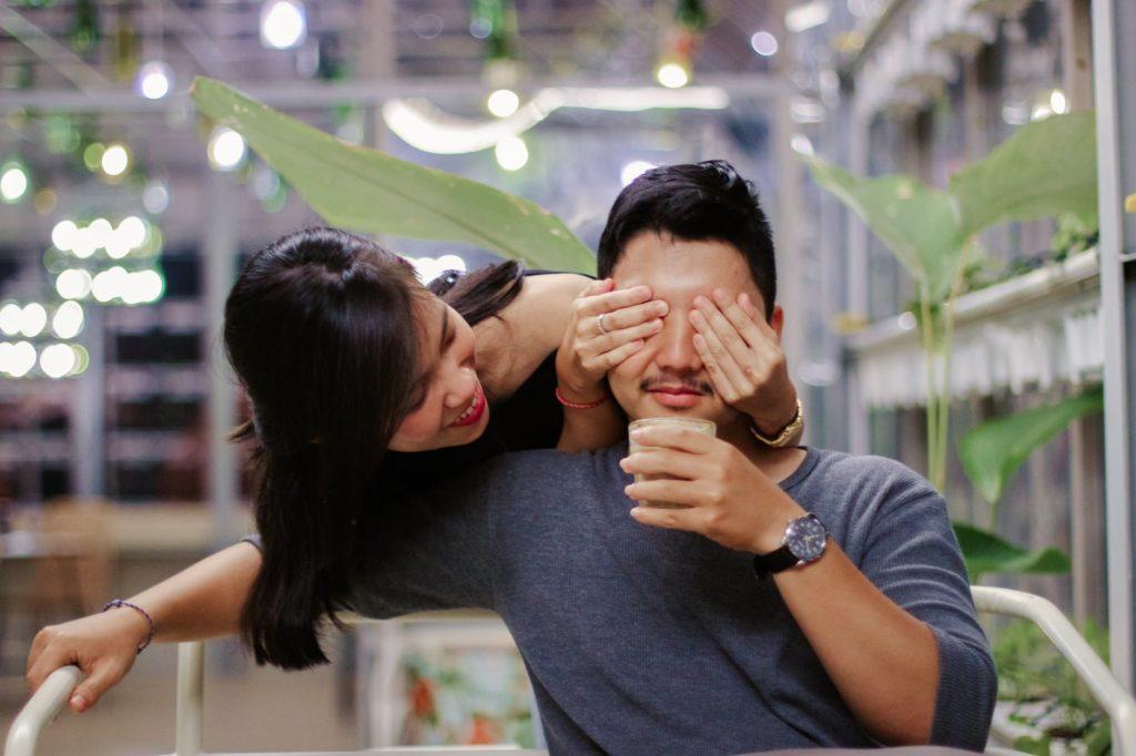 ljubav veza sreca zaljubljenost par mladi iznenadenje