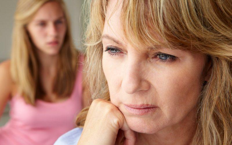 zaskrbljena mati in hči