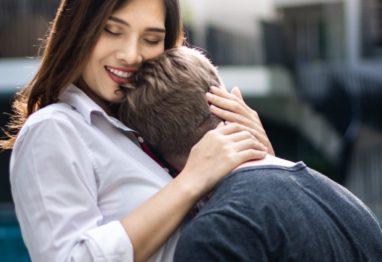Ženska v objemu tolaži moškega