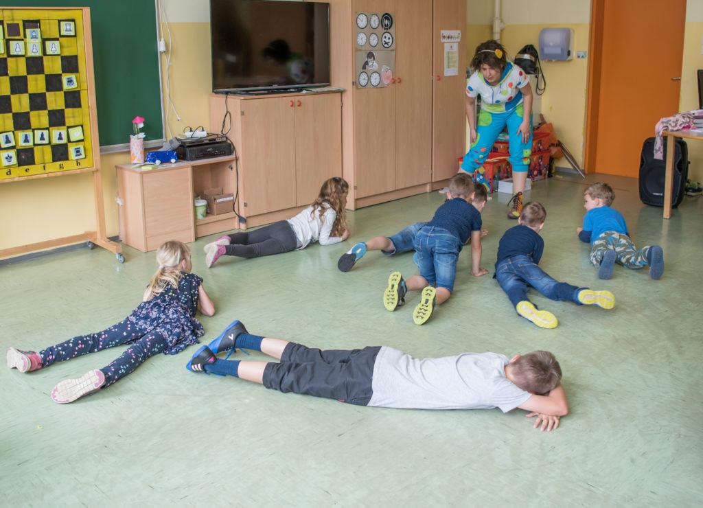 otroci ležijo na tleh in se igrajo
