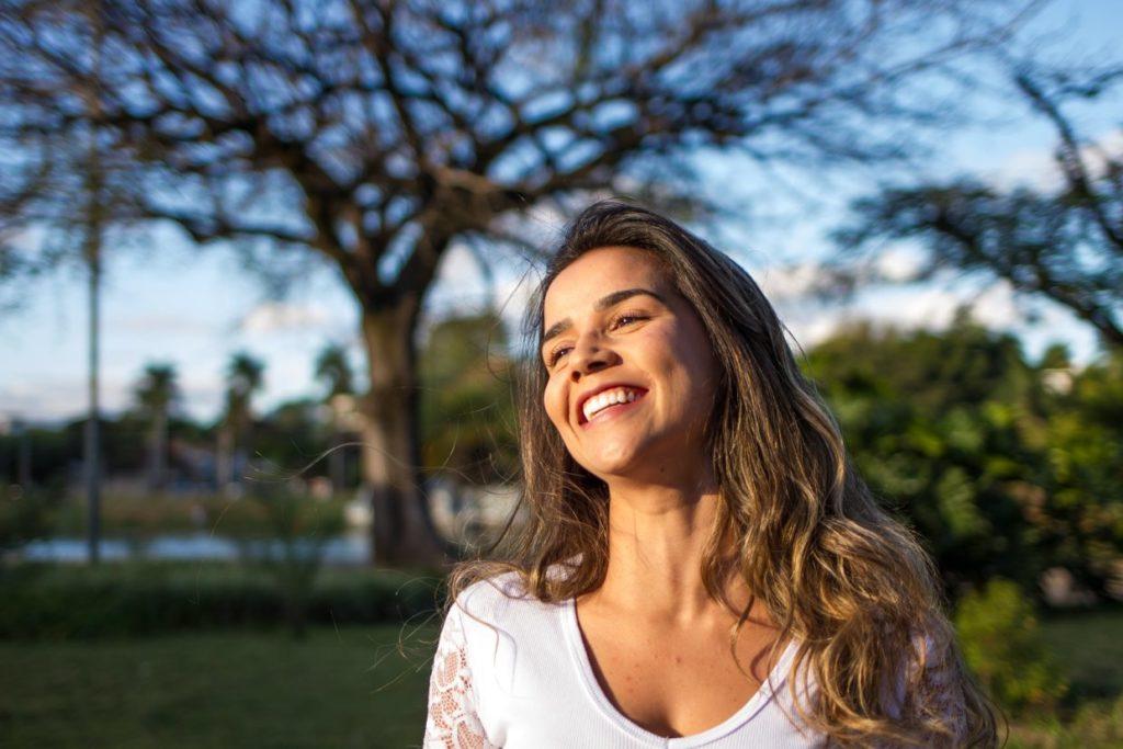 nasmejana zadovoljna ženska