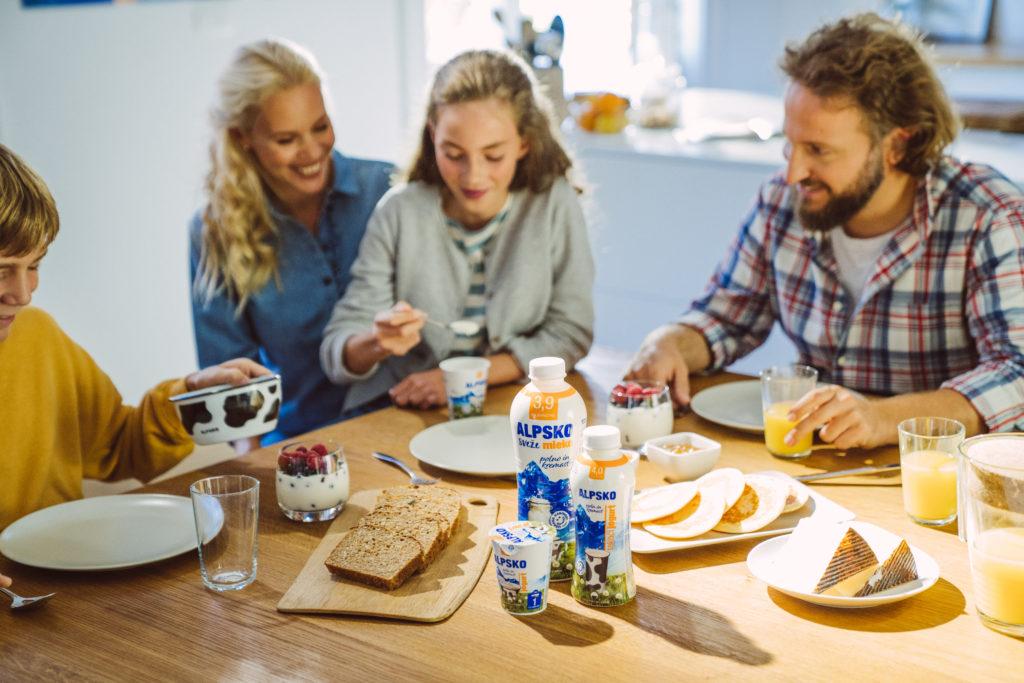 štiričlanska družina pri zajtrku
