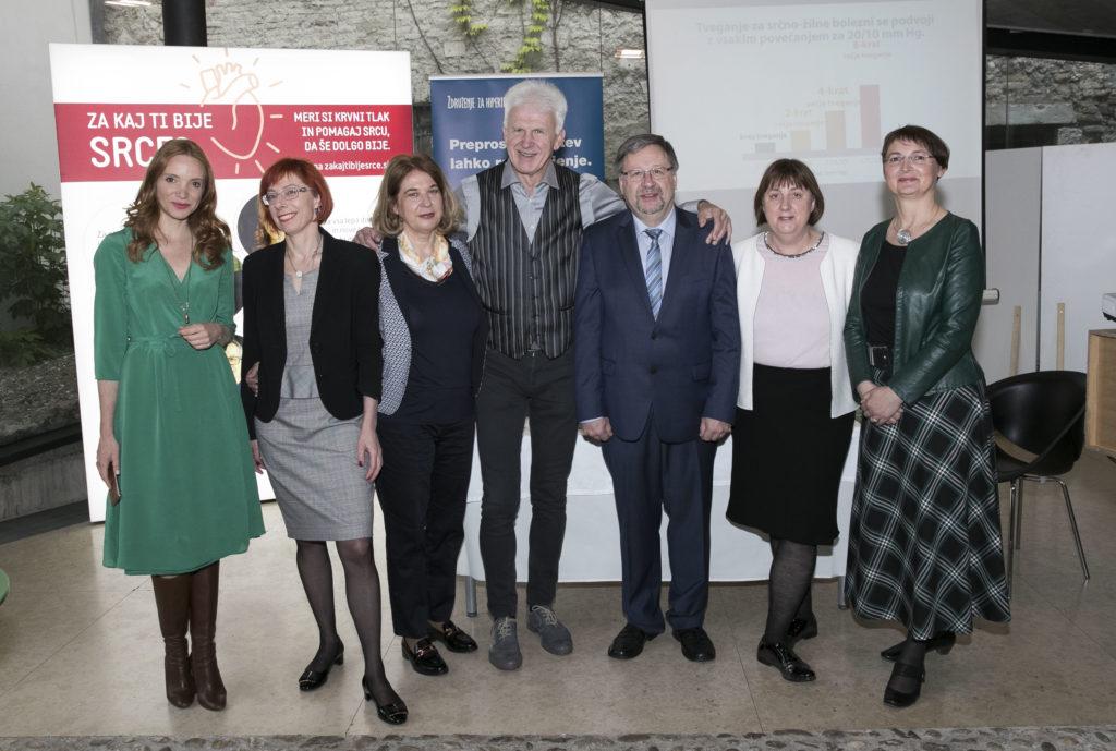 Priznani strokovnjaki s področja hipertenzije v družbi Andreja Šifrerja in Mojce Mavec, ambasadorja projekta 'Za kaj ti bije srce?'.