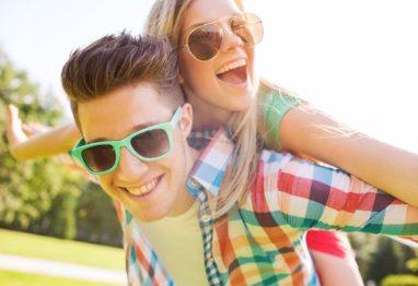 najstnika vesela in razigrana, mladi par
