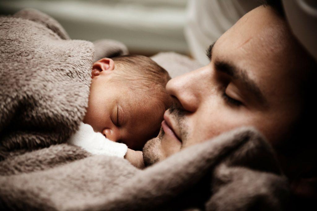 Oče in sin dojenček crkljanje