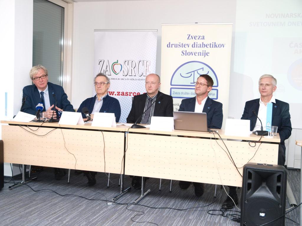 Na fotografiji z novinarske konference (od leve proti desni): prof. dr. Zlatko Fras , prim. Matija Cevc, Robert Gratton, prof. dr. Andrej Janež, prof. dr. Tadej Battelino
