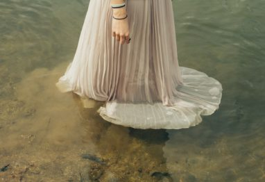 dekle voda obleka