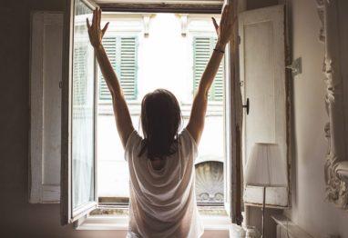 zenska pri oknu